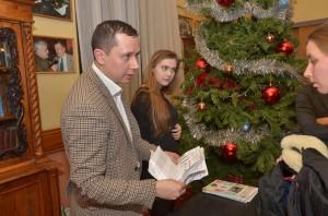 Максим Оберман раздает подарки пришедшим на Шахматную Ёлку